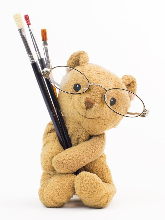Tappningbjörnleksak (den gamla björnen leker med målningborstar), royaltyfri fotografi