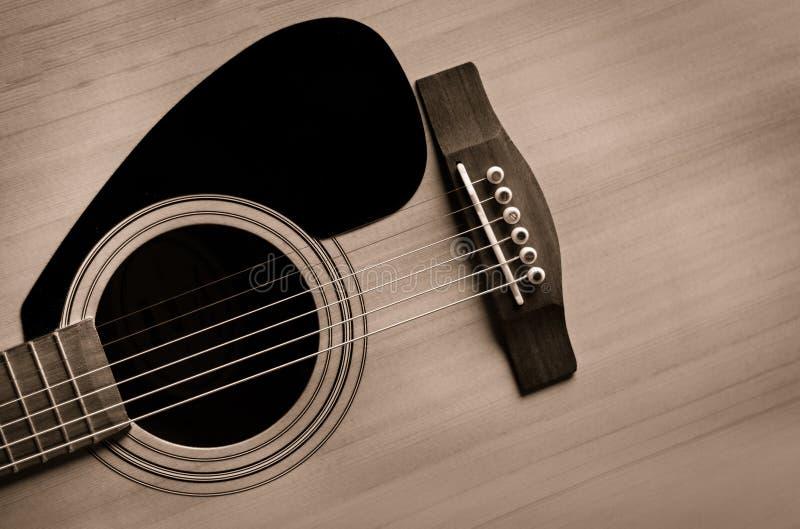 Tappningblick av den akustiska gitarren arkivfoto