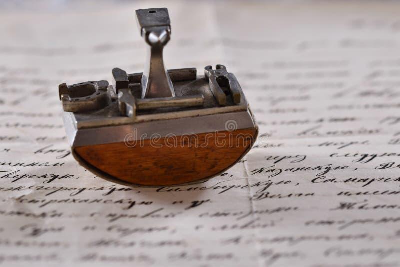 Tappningbrevpress på förälskelsebokstaven royaltyfri fotografi