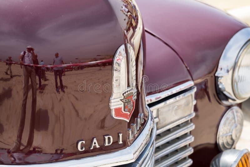 TappningCadillac emblem på röd bakgrund royaltyfri bild