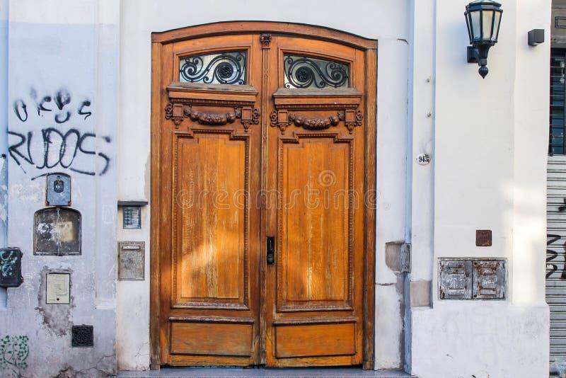 Tappningdörr med grafittibyggnad royaltyfri fotografi
