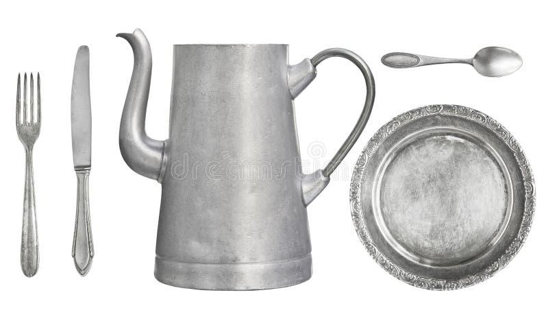 Tappningdisk Gammal sked, gaffel, kniv, kokkärl, platta som isoleras på vit bakgrund royaltyfri fotografi