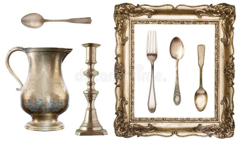 Tappningdisk Gammal sked, gaffel, kniv, kokkärl, ram på vit bakgrund royaltyfri foto