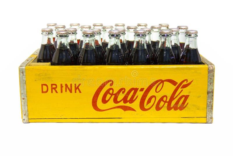 Tappningdrinkcoca - colaspjällåda med flaskor royaltyfri bild
