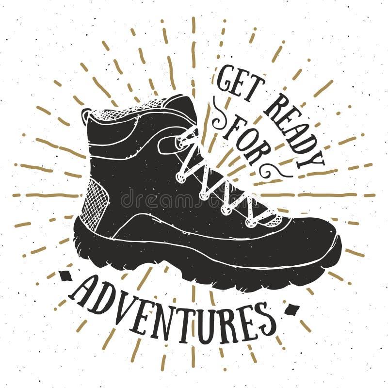 Tappningetikett, design för grunge texturerad hand dragen retro emblem eller T-tröjatypografi med att fotvandra skon, trekking kä royaltyfri illustrationer