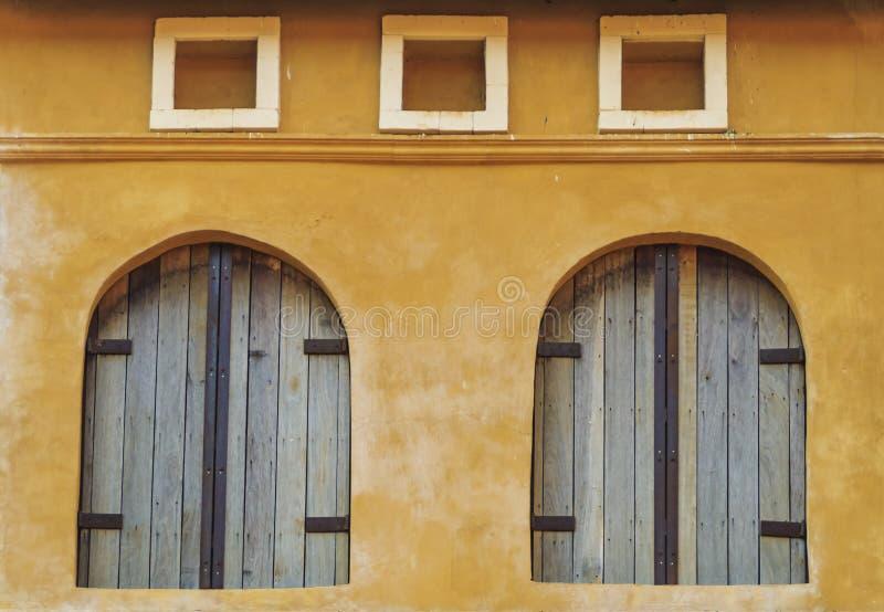 Tappningfönster och vägg arkivfoto