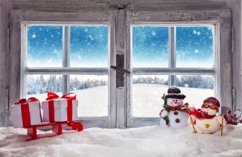 Tappningförbiser träfönstret vinterlandskap fotografering för bildbyråer