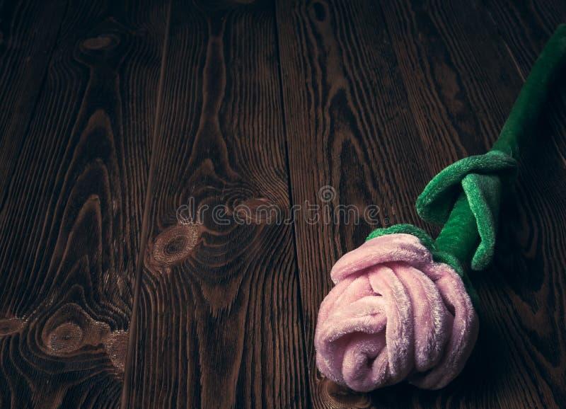 Tappningferie-/romantiker-/valentindagbakgrund med plysch steg på trätabellen royaltyfria bilder