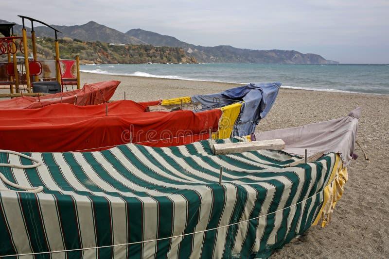 Tappningfiskebåtar som täckas med färgrikt tyg arkivfoto