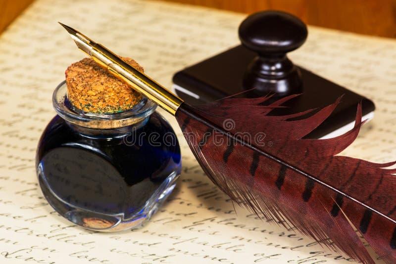 Tappningfjäderpenna och färgpulver royaltyfri foto