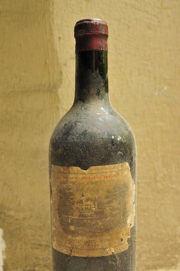 Tappningflaska av vin arkivbild