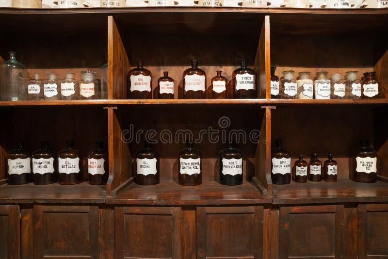Tappningflaskor i det gamla apoteket fotografering för bildbyråer