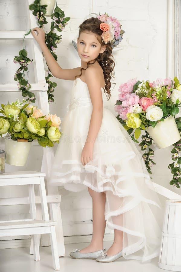 Tappningflicka med blommor royaltyfria bilder