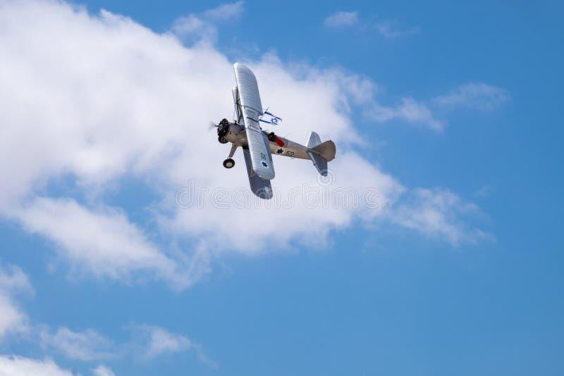 Tappningflygplan med israeliskt flaggaflyg i blå himmel på självständighetsdagen royaltyfria foton