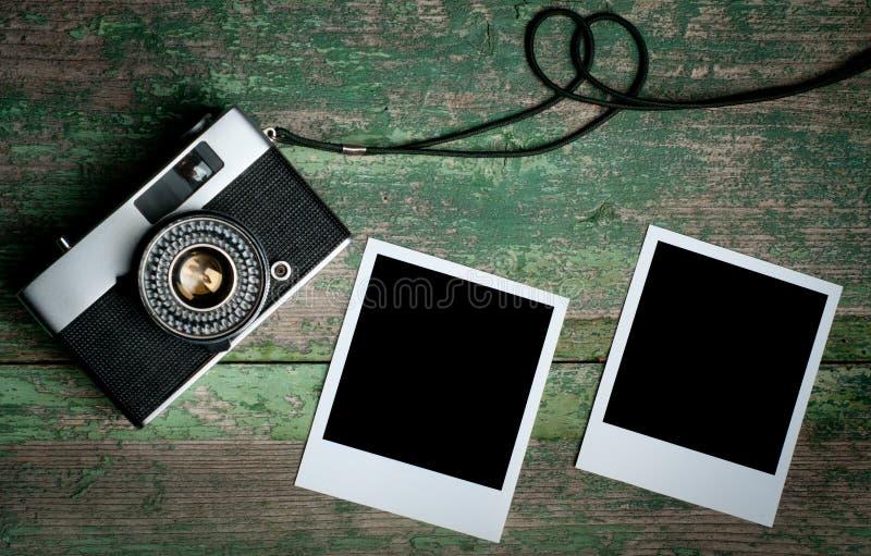 Tappningfotokamera på en trätabell arkivfoton