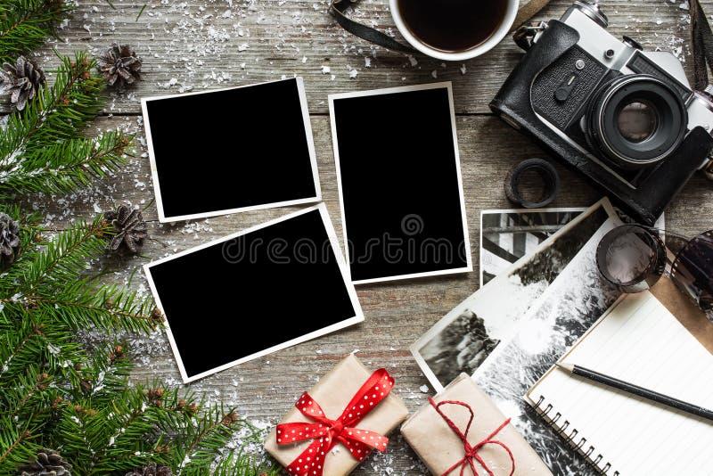 Tappningfotokamera på julträbakgrund med den tomma fotoramen royaltyfri foto