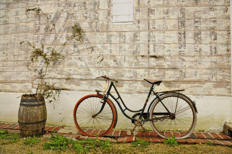 Tappningfranska cykel och vinfat royaltyfri bild