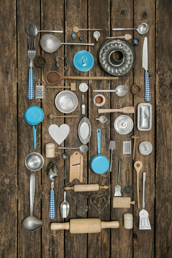 Tappninggarnering av forntida kökutrustning med bestick och royaltyfria bilder