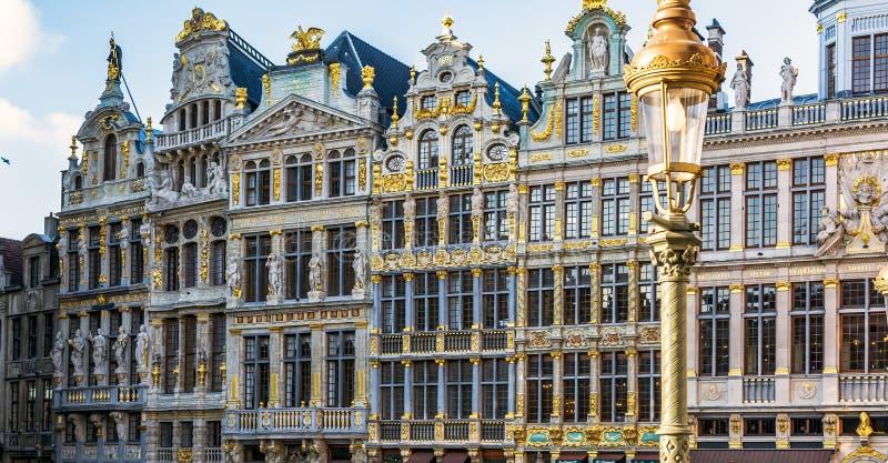 Tappninggatalampa framme av skråhusfasader på Grand Place av Bryssel, Belgien arkivbild