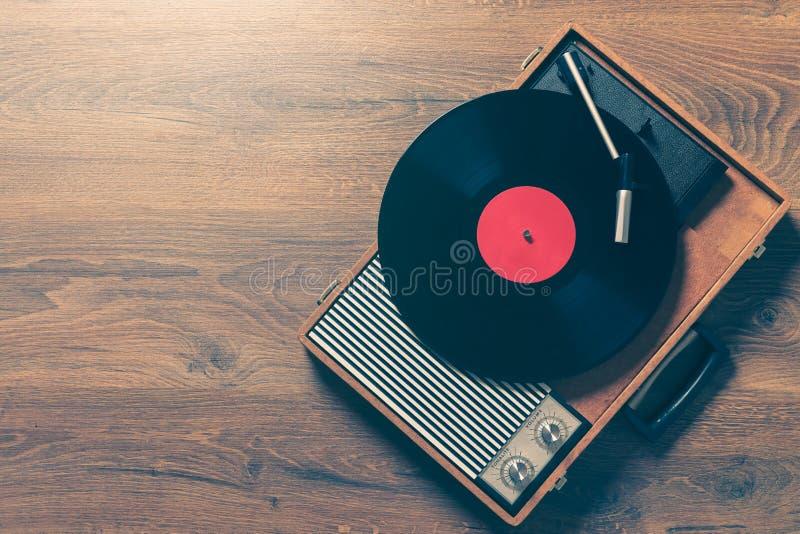 Tappninggrammofon med ett vynilrekord arkivbild