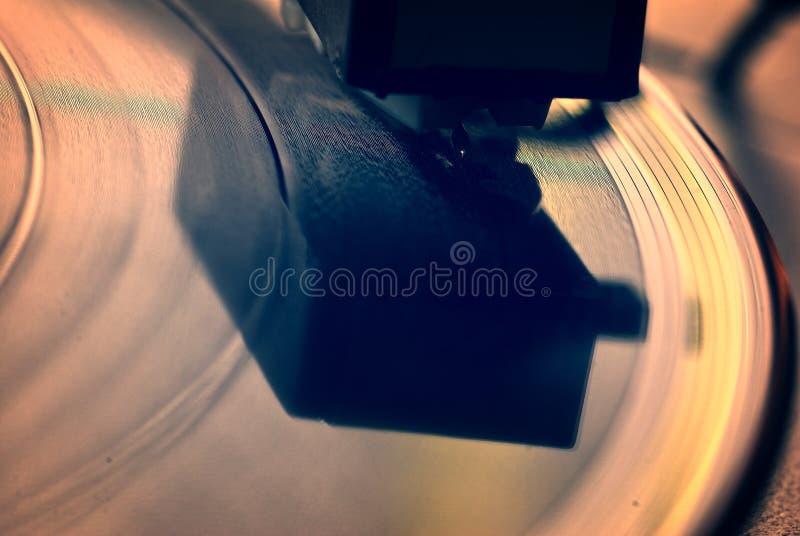tappninggrammofon på trätabellen arkivbild