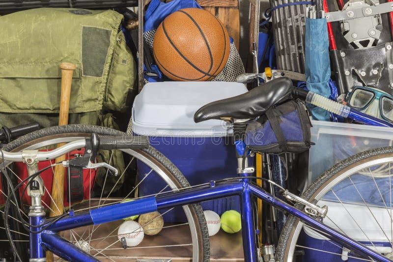 Tappninghög av slitna sportar och campa utrustning fotografering för bildbyråer