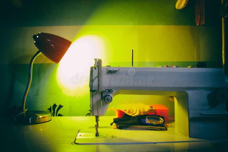 Tappninghandsymaskin med en lampa i bakgrunden fotografering för bildbyråer