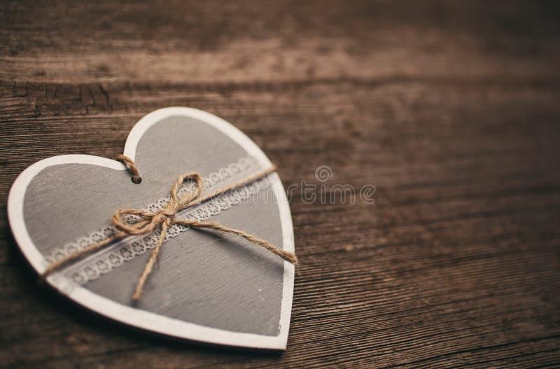 tappninghjärtagarnering på träbakgrund fotografering för bildbyråer