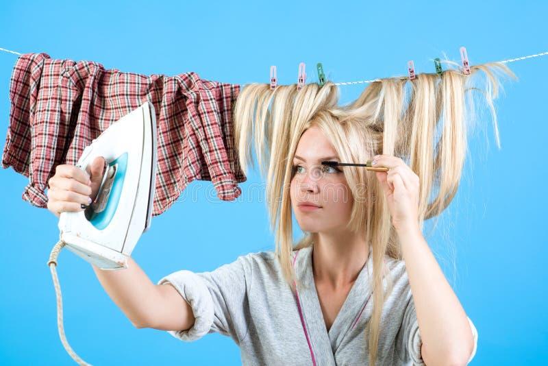 Tappninghushållerskakvinna Hembiträde- eller hemmafruomsorger om hus upptagen moder emotionell retro hemmafru Multitaskingmamma fotografering för bildbyråer