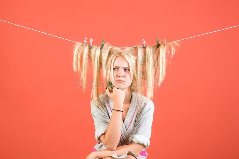 Tappninghushållerskakvinna Hembiträde- eller hemmafruomsorger om hus upptagen moder emotionell retro hemmafru Multitaskingmamma arkivfoton