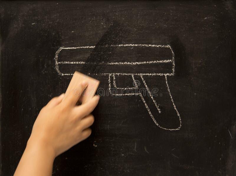 Tappningillustration som torkar vapnet, raderingsvåld royaltyfria bilder
