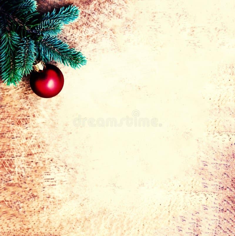 Tappningjulbakgrund med granträdfilialen och den röda struntsaken royaltyfri fotografi