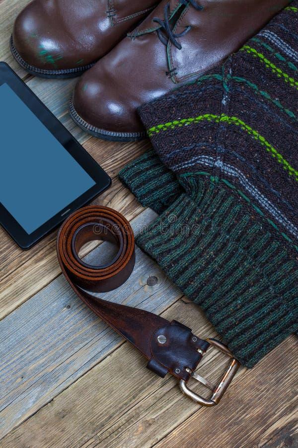 Tappningkängor, läderbälte, tröja och digitizer arkivbilder