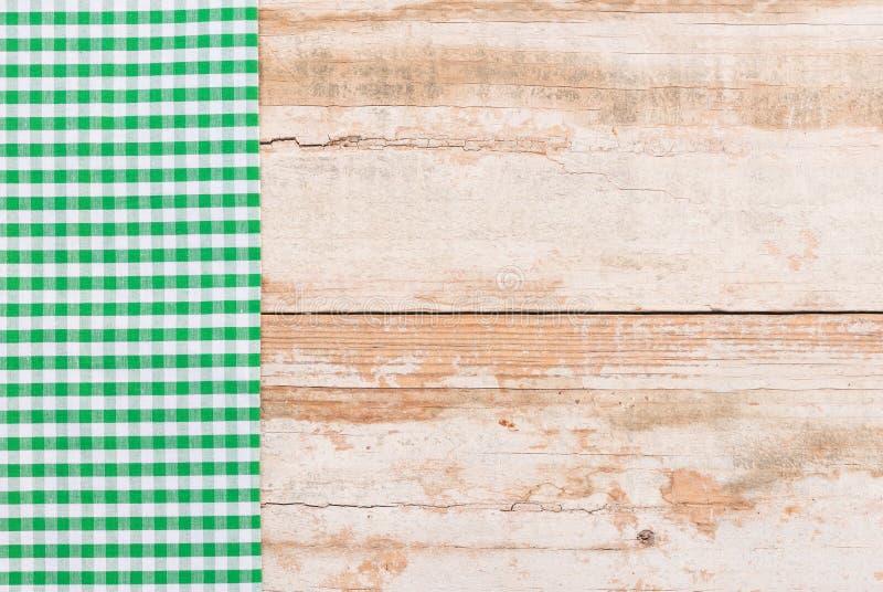 Tappningköksbordbakgrund med gräsplan kontrollerade picknickbordduken royaltyfri bild