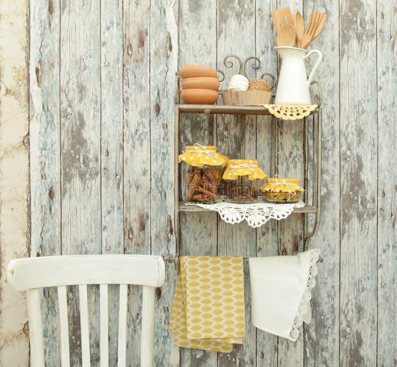 Tappningköksgeråd och kryddor (kanel, kryddnejlikor, gurkmeja) in arkivbilder