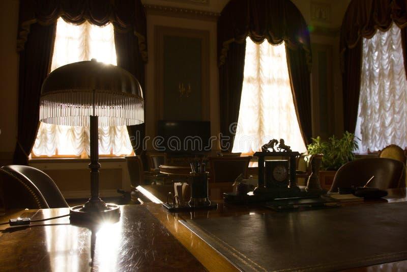 Tappningkabinett av affärsmannen - tabell och antikviteter royaltyfri fotografi