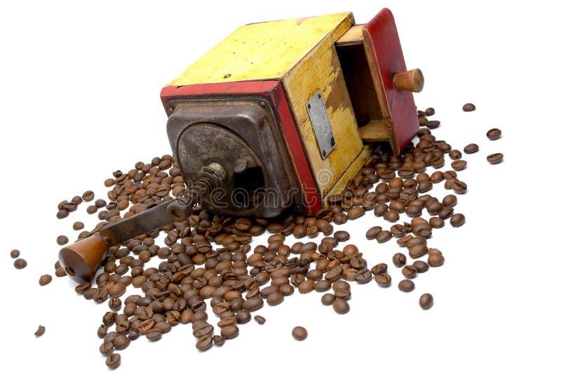 Tappningkaffekvarnen med kaffebönor royaltyfria foton