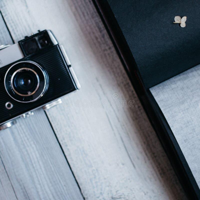 tappningkamera, ett gammalt fotoalbum på den vita trätabellen arkivfoton