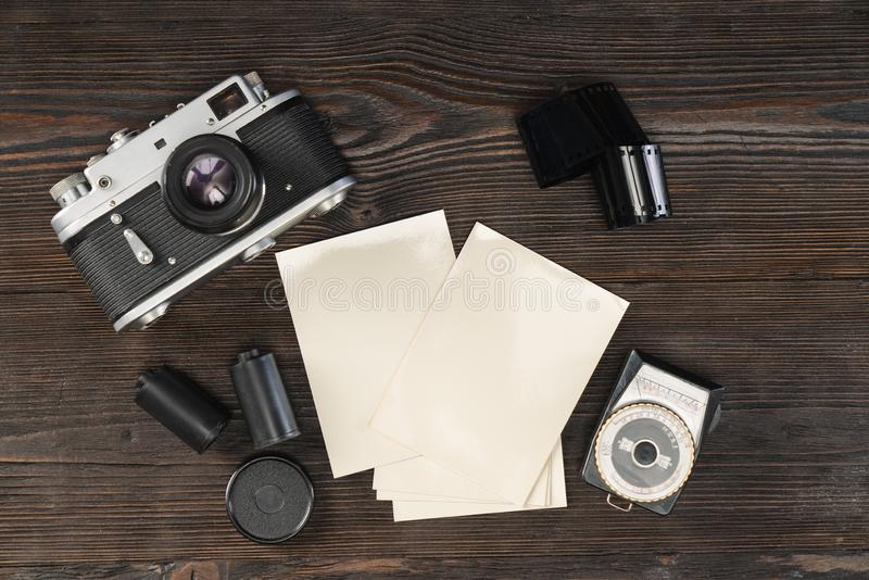 Tappningkamera, film, fotopapper och ljusmeter royaltyfria foton