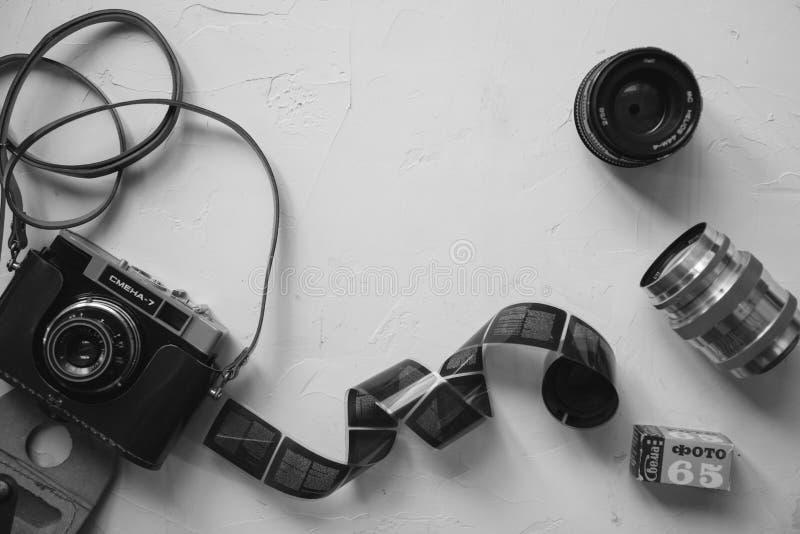 tappningkamera, film, retro linser på den vita tabellen, kopieringsutrymme som är svartvitt royaltyfria foton