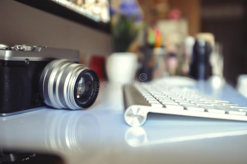Tappningkamera och modern skrivbords- dator royaltyfri foto