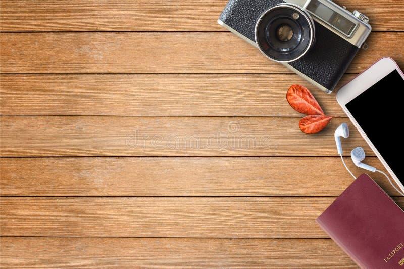 Tappningkamera och pass på träbakgrund royaltyfri bild