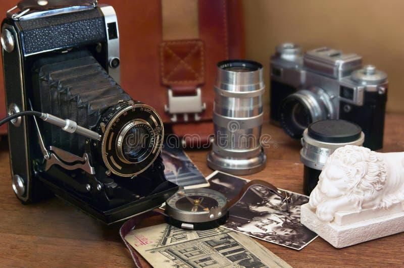 Tappningkamera och retro objekt arkivbild