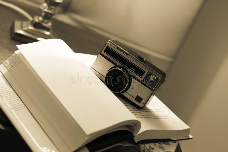 Tappningkamera på boken royaltyfri bild