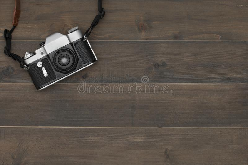 Tappningkamera på träbakgrund med utrymme för fri text arkivbilder