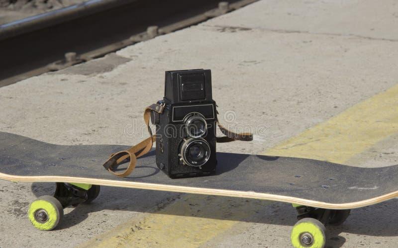 Tappningkamera p? en skateboard royaltyfri fotografi