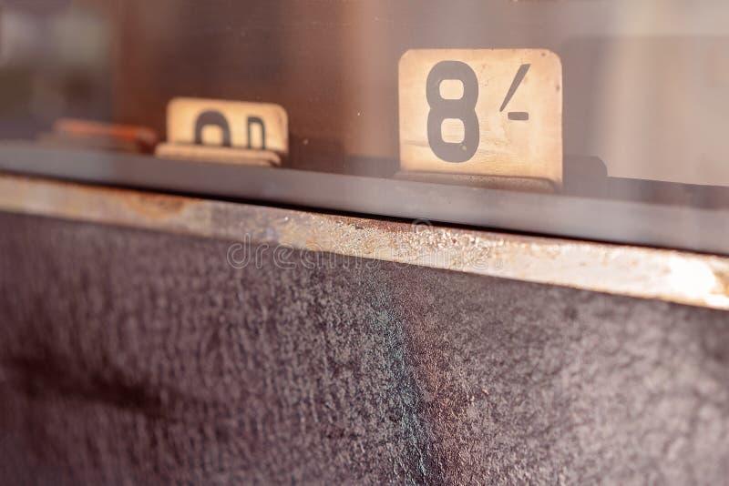 Tappningkassaapparat med slut upp av beloppet vara skyldig arkivfoto
