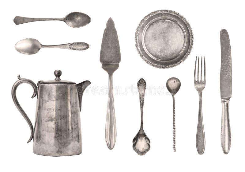 Tappningkokkärl, skedar, gafflar, knivar och platta som isoleras på vit bakgrund antik silverware retro royaltyfri fotografi