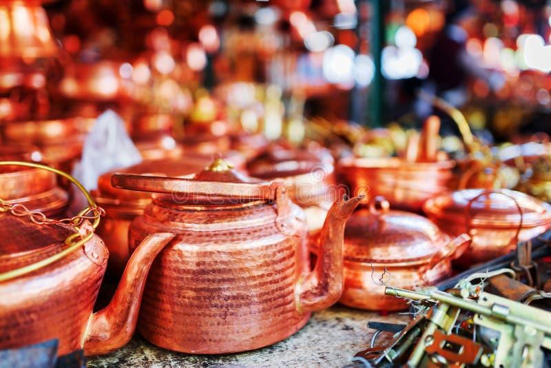 Tappningkoppartekokkärl på marknaden i Lijiang, Kina arkivbild