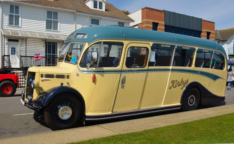 Tappningkräm och gör grön Duple buss som 1950 parkeras i väg arkivfoto